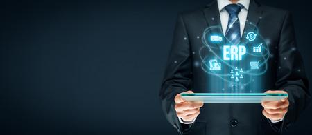 Planificación de recursos empresariales Concepto ERP. Empresario trabaja con ERP software de gestión empresarial para recopilar, almacenar, gestionar e interpretar datos de negocios sobre clientes, recursos humanos, producción, logística, finanzas y marketing. Foto de archivo