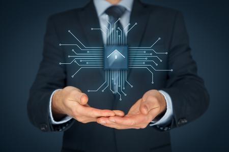inteligencia: casa inteligente, el hogar y la automatización del hogar concepto inteligente. Símbolo de la casa y la comunicación inalámbrica. Resumen de chip con el símbolo de la casa conectada con dispositivos abstractos representados por puntos.