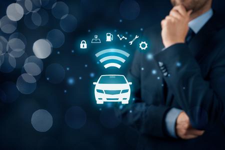 coche inteligente, vehículo inteligente y coches concepto inteligente. Símbolo del coche y la información a través de la comunicación inalámbrica por la seguridad, lugar de estacionamiento, combustible, el análisis de la unidad, el servicio y la configuración del coche. Foto de archivo