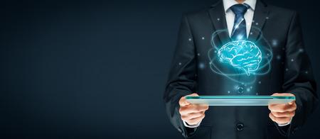 인공 지능 (AI), 기계 깊은 학습, 데이터 마이닝, 전문가 시스템 소프트웨어 및 다른 현대적인 컴퓨터 기술 개념. 미래의 태블릿을 들고 인공 지능과 사 스톡 콘텐츠
