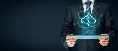 concepto de computación en la nube - conectarse a la nube. Hombre de negocios o tecnólogo de la información con el icono de la computación en nube.