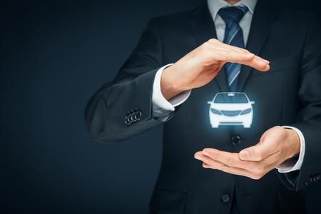 車 (自動車) 保険と衝突損傷放棄概念。保険者 (保険代理店) 保護ジェスチャーと車のアイコン。