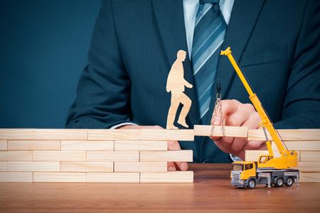 Levensverzekering, klantenservice, persoonlijke ontwikkeling en carrierebouw, vooruitgang, potentiële en ondersteunende (help) concepten. Verzekeringsagent ondersteunt klant, coach en consultant helpt een hindernis te overwinnen, personeel motiveren om carrière te bouwen. Stockfoto
