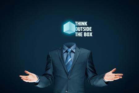 Denken Sie außerhalb der Box-Konzept. Offener Geschäftsmann mit Box und Text denken außerhalb der Box.