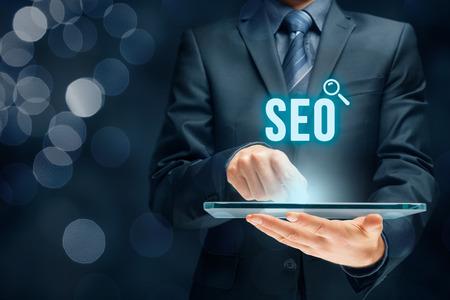 Search Engine Optimization - SEO concept de. Homme d'affaires ou un programmeur se concentre pour améliorer le référencement et le trafic Web.