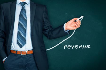 Aumentar el concepto de ingresos. Empresario (mentor, entrenador, gerente, líder) plan de crecimiento de los ingresos. Foto de archivo