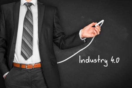 Rubrique Industrie 4.0 - page de titre ou modèle d'arrière-plan pour la présentation d'entreprise sur l'industrie 4.0. Homme d'affaires (manager, enseignant, mentor, visionnaire) et graphe croissant.
