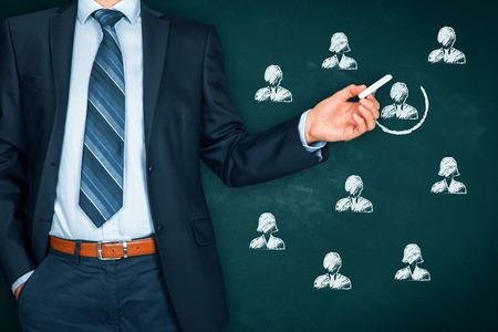 Recruter et embaucher un concept de ressources humaines (RH). Segmentation marketing, ciblage, personnalisation, service à la clientèle individuel (service), gestion de la relation client (CRM) et concepts de leader. Banque d'images - 86176764