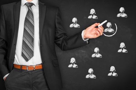 Recruter et embaucher des ressources humaines (RH) concept. Segmentation marketing, le ciblage, la personnalisation, les soins à la clientèle individuelle (service), la gestion de la relation client (CRM) et des concepts de leader. Banque d'images - 86795050