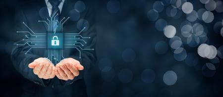 Tecnología de la información concepto de seguridad de los dispositivos. El hombre de negocios ofrece servicio de seguridad de TI - botón con el icono de candado en la simplificación del diseño de chips conectados con los dispositivos abstractos representados por puntos. Foto de archivo
