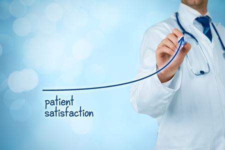 Doktor verbessert Patientenzufriedenheitskonzept und besseren Zugang zur medizinischen und Gesundheitsüberwachung. Der Arzt möchte die Anzahl der zufriedenen Klienten (Patienten) erhöhen. Standard-Bild