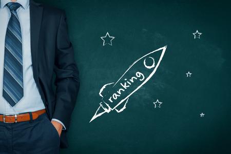 Homme d'affaires aide à augmenter rapidement le classement de l'entreprise représentée par un vaisseau spatial.