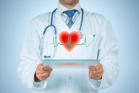 Concept de soins de santé et de prévention des problèmes cardiaques (cardiologie). Cardiologue ou médecin généraliste et symbole du coeur et rythme cardiaque ECG. Banque d'images