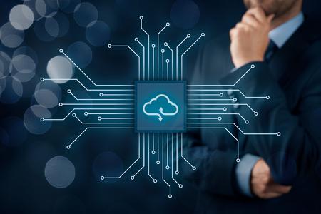 Concept de cloud computing - connectez les périphériques au cloud. Homme d'affaires ou technologue en information avec icône de cloud computing.