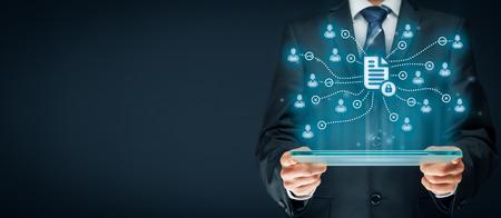 système de gestion des données d'entreprise (DMS) et le système de gestion des documents avec le concept de thème de la vie privée. Homme d'affaires ou un programmeur avec tablette et système avec document protégé connecté avec les utilisateurs, les droits d'accès symbolisés par clé. Banque d'images