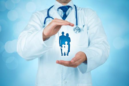 Santé (médicale) et assurance-vie pour le concept de la famille entière. Médecin praticien avec un geste protecteur et icône de la famille. Banque d'images