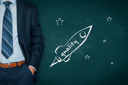Homme d'affaires aide à augmenter rapidement la qualité du produit représenté par le vaisseau spatial.