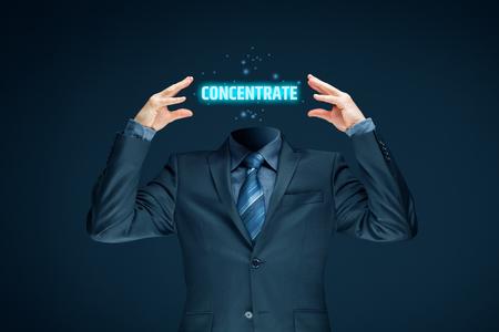 Concept d'amélioration de la concentration. Homme d'affaires avec mot concentré à la place d'une tête.
