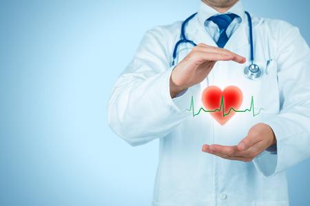 Protéger la santé (soins de santé) et le concept de prévention des problèmes cardiaques (cardiologie). Cardiologue ou médecin généraliste avec un geste protecteur et un symbole de c?ur et de battement cardiaque ECG. Concept d'assurance médicale.