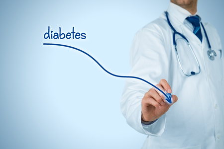 Réduction de l'incidence du diabète et le concept de prévention du diabète. Un médecin (médecin) dessine un graphique descendant de l'incidence du diabète. Banque d'images
