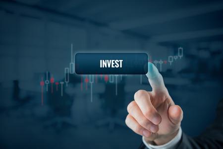 Investisseur (trader) cliquez sur le bouton avec le texte investir. Graphique de vue du commerce sur fond.
