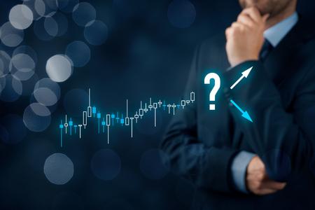 Concetto di investitore e commerciante L'investitore con il grafico di visualizzazioni commerciali prende una decisione: vendere o comprare?