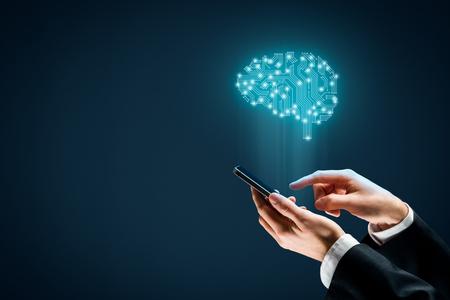 Intelligence artificielle (IA), apprentissage approfondi sur machine, exploration de données et autres concepts de technologies informatiques modernes. Cerveau avec un design PCB représentant l'IA et l'homme d'affaires détenant un téléphone mobile intelligent.