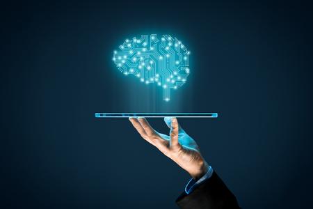 Kunstmatige intelligentie (AI), machine deep learning, datamining, en nog een andere moderne computertechnologie. Hersenen die kunstmatige intelligentie en zakenman vertegenwoordigen die futuristische tablet houden. Stockfoto
