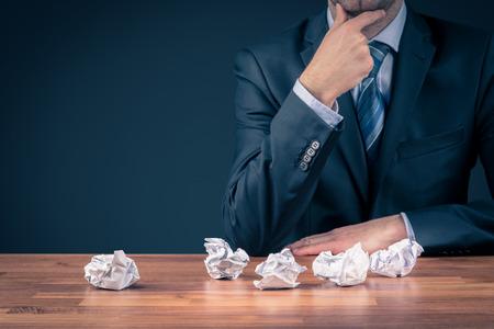 Concetto di processo creativo: l'uomo d'affari o lo specialista del marketing pensano senza successo a una nuova idea imprenditoriale. Archivio Fotografico - 94377814