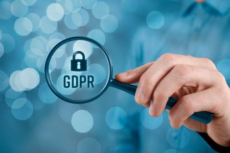 GDPR (一般データ保護規則) の概念。ビジネスマンやIT技術者は、GDPRの問題に焦点を当てています。