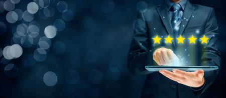 Feedback, Überprüfung und Erhöhung der Bewertungskonzepte. Benutzer von digitalen Tablets geben in seiner Bewertung und seinem Feedback fünf Sterne.