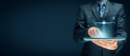 Boeking van vliegtickets via digitale tablet-app of online reisverzekeringsconcepten. Persoon met digitale tablet en symbool van een vliegtuig.