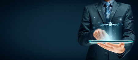 Reserva de boletos aéreos en la aplicación de tableta digital o conceptos de seguro de viaje en línea. Persona con tableta digital y símbolo de un avión.