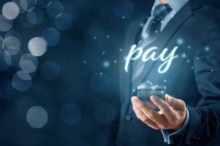 Smartphone app betaling en fintech concept. Zakenman met slimme telefoon en tekst betalen. Stockfoto