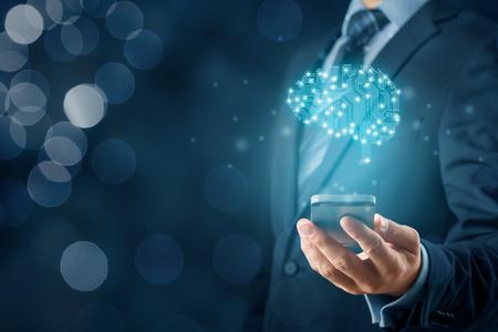 Künstliche Intelligenz (KI), Machine Deep Learning, Data Mining und andere moderne Computertechnologiekonzepte. Gehirn mit PCB-Design, das KI und Geschäftsmann darstellt, der ein Smartphone hält. Standard-Bild