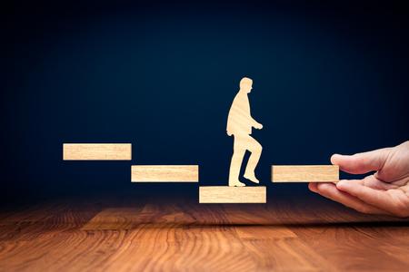 Motivation zur Änderung des Abstiegstrends zum Anstieg. Herausforderung und Potenzial, negative Fortschritte in positive umzukehren. Geschäftsmann motivieren, die Bedrohung in die Gelegenheit zu ändern.