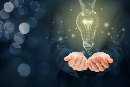 La empresa creativa le brinda su creatividad e ideas. Bombilla de manos y gráficos: símbolos de idea, pensamiento creativo, innovaciones e inteligencia. Foto de archivo
