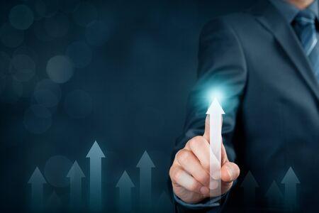 Business e concetto di crescita personale. L'uomo d'affari motiva ad essere leader di mercato e il migliore. Concetto di benchmarking.