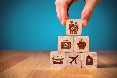 El cliente de la compañía de seguros saca el concepto de seguro completo. Fianza y seguros: automóvil, inmuebles y propiedad, viajes, finanzas, salud, familia y vida.