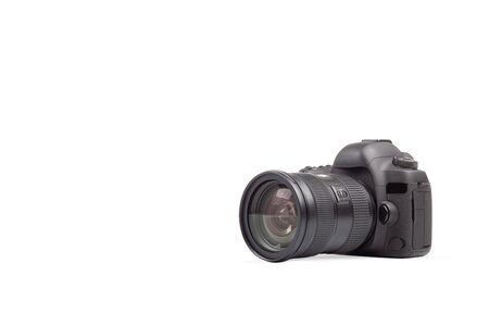 Fotocamera DSLR su sfondo bianco. Elemento grafico universale per la propagazione e il design dei fotografi.