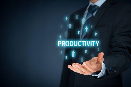 Coach motywuje do poprawy produktywności. Menedżer (biznesmen, trener, przywództwo) planuje zwiększyć produktywność firmy.