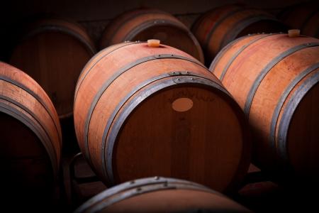 cave: Les tonneaux de vin dans une cave de vieillissement de la Ribera del Duero, Espagne Banque d'images