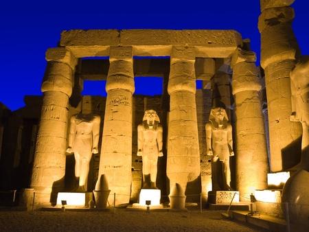 louxor: Sculptures dans la cour principale du temple de Louxor, Th�bes en Egypte Banque d'images