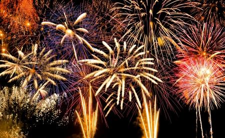tűzijáték: Sok színes tűzijáték robbanó egyszerre