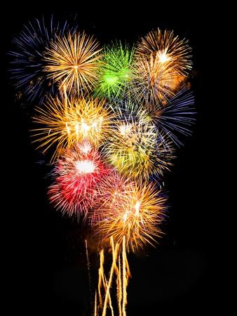 多くのカラフルな花火は爆発、同時に垂直方向の組成