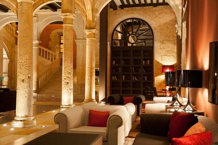 vestibulos: Sof�s y sillones vac�os en el vest�bulo de un hotel de lujo Editorial