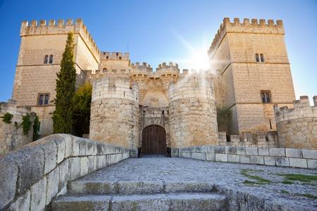 castillo medieval: Ampudia castillo contra los rayos del sol, en la provincia de Palencia, España