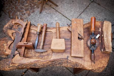 herramientas de carpinteria: �poca herramientas de carpintero en una mesa r�stica
