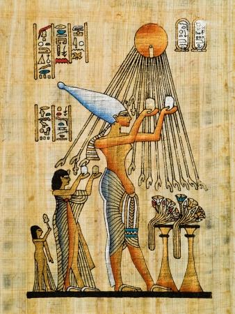 Akenathen、ネフェルティティと Aton 日時を提供している水を作る Meritaton を描いたエジプトのパピルス 写真素材