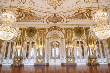 Queluz, Portugalia - 4 lipca 2012: Standard of Queluz Pałacu Narodowego, w miejscowości Sintra, Dystrykt Lizbona, Portugalia